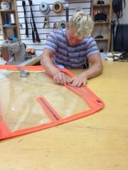 En del af jobbet foregår på Sebastians værksted og Neil Prydes sejlloft